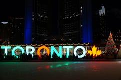 TORONTO, KANADA - 2018-01-01: Noc widok przez jaskrawy iluminuję dla nowy rok wigilii łyżwiarskiego lodowiska z TORONTO znakiem Zdjęcie Royalty Free