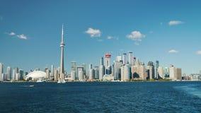 Toronto Kanada, Oktober 2017: En panorama av staden av Toronto på en klar dag Sikt från seglingfärjan Sjö lager videofilmer
