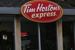 TORONTO KANADA Oktober 29 2018: Förutom en Tim Hortons Coffee Shop under dagen Denna är en uttryckliga tim royaltyfria bilder