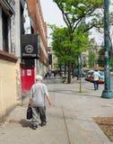 Toronto, Kanada, 2015, starego mężczyzna odprowadzenie Zdjęcia Stock