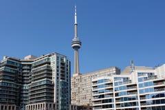 Toronto KN-Turm und Ufergegendwohngebäude stockfotografie
