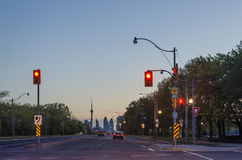 Toronto-Landstraße nachts mit Autos, AN Lizenzfreies Stockbild