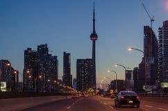 Toronto-Landstraße nachts mit Autos, AN Stockbild