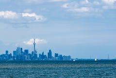Toronto miasta linia horyzontu przez wodę pod chmurami Obrazy Royalty Free