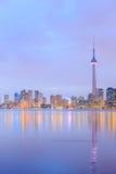 Toronto miasta półmrok nad jeziorem z kolorowym światłem obraz royalty free