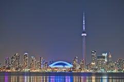 Toronto-NachtSkyline KN-Kontrollturm im Stadtzentrum gelegen Stockfotos