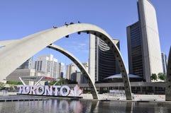 Toronto, o 24 de junho: Nathan Phillips Square com a câmara municipal nova de Toronto da província de Ontário em Canadá Foto de Stock