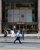 Toronto, Ontario/Canada - Juli 20 2018: De Mensen die van het Hoofdkantoortoronto van National Bank door Tekensignage Logo Sidewa royalty-vrije stock afbeeldingen