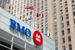 Toronto Ontario/Kanada - Juli 20 2018: Bank av konungen Street för flaggor för Montreal BMO huvudkontorbyggnad arkivbilder