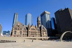 TORONTO, ONTARIO, KANADA - 23. MÄRZ 2019 - Nathan Phillips Square Im Stadtzentrum gelegenes TorontoRathaus und Amtsgericht-Hausbe lizenzfreies stockfoto