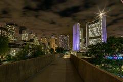 Toronto Ontario Kanada przy nocy przejściem nad królowej St drogą zdjęcie royalty free