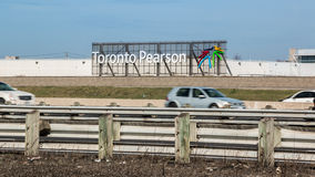 Toronto Pearson Airport Sign Highway 401 Fotografia de Stock