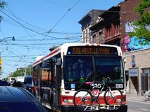 Toronto ` s Koningin Street Bus in Stadsverkeer royalty-vrije stock foto