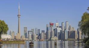 Toronto-` s Skyline über dem Ontariosee stockbild
