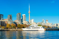 Toronto-` s Skyline mit KN-Turm über dem Ontariosee Stockfoto