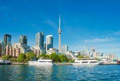 Toronto-Skyline über dem Ontariosee, Kanada Stockbilder