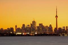 Toronto-Skyline gebadet im hellen Vor-Sonnenaufgang-Licht lizenzfreie stockbilder