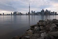Toronto-Skyline mit Felsen Stockbild