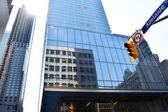 Toronto Skyscaper, reflexionsbyggnad med trafikljus och solsken Arkivbild