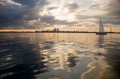 Toronto-Sonnenuntergang vom See mit einem Segelboot Stockfoto