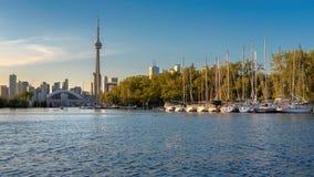 Toronto stadshorisont från mittön på solnedgången, Ontario, Kanada royaltyfria bilder