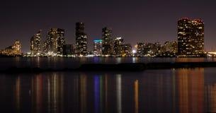 Toronto stadshorisont p? natten, klar m?rk himmel, f?rgrik ljus reflexion i den lugna vattenyttersidan av Lake Ontario royaltyfri bild