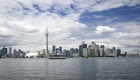 Toronto-Stadt-Skyline mit KN-Kontrollturm lizenzfreies stockfoto