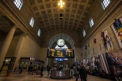 Toronto stiger ombord den huvudsakliga korridoren med dess avvikelser och ankomster & att rusa för passagerare Det är den huvudsa royaltyfria foton