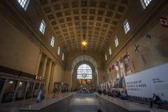 Toronto stiger ombord den huvudsakliga korridoren med dess avvikelser och ankomster & att rusa f?r passagerare royaltyfri fotografi