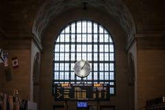 Toronto stiger ombord den huvudsakliga korridoren med dess avvikelser och ankomster Det är den huvudsakliga järnvägsstationen för arkivfoto