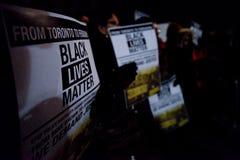 Toronto tar svarta gemenskap handling i solidaritet med Ferguson personer som protesterar Arkivfoto