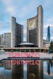 Toronto tecken och det nya stadshuset på Nathan Phillips Square - Toronto, Kanada royaltyfri foto