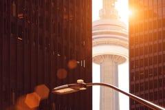 Toronto, torre famosa del NC que pasa por alto el lago ontario imagen de archivo libre de regalías