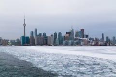 Toronto y el lago Ontario en el invierno Foto de archivo