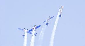 Toros rojos que realizan acrobacias aéreas en la aero- demostración 2013 de la India Fotos de archivo libres de regalías
