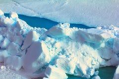 Toross färgar intensiva blått i sprickor, nordpolen Fotografering för Bildbyråer