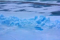 Toross y piscina de agua del derretimiento en el Océano ártico en la latitud 88 grados Fotografía de archivo