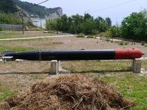Torpedo in gronden wordt geplaatst die Stock Foto's