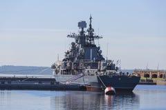 Torpedojager 'Rusteloos bij de pijler met Kronstadt Tentoongesteld voorwerp van het militair-historische complex van het Westelij royalty-vrije stock foto's