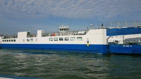 Torpointveerboot kruising de rivier Tamar aan Plymouth stock foto's