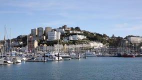 Torquay Devon com barcos e iate no dia bonito no Riviera inglês video estoque