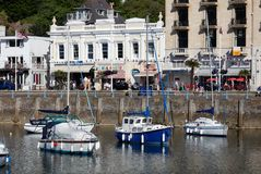 TORQUAY, DEVON/UK - 28 ΙΟΥΛΊΟΥ: Άποψη της πόλης και του λιμανιού μέσα στοκ εικόνα με δικαίωμα ελεύθερης χρήσης