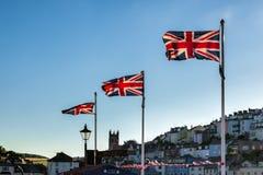 TORQUAY, DEVON/UK - 28 DE JULIO: El Union Jack señala el vuelo por medio de una bandera en Torquay fotografía de archivo