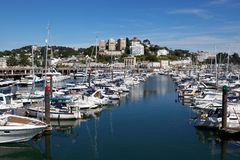 TORQUAY DEVON/UK - JULI 28: Fartyg i marina i Torbay Devo arkivfoton