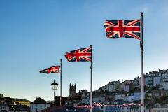 TORQUAY, DEVON/UK - 28 JULI: Union Jack-vlaggen die in Torquay vliegen stock fotografie