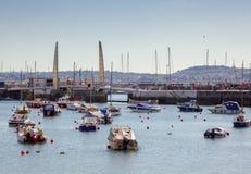 TORQUAY, DEVON/UK - 28 LUGLIO: Ponte del porto a Torquay Devon sopra immagini stock