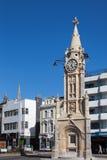 TORQUAY, DEVON/UK - 28 LUGLIO: Vista della torre di orologio a Torquay immagini stock libere da diritti