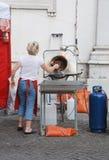 Torréfaction de noix d'opération de femme et machine glaçante Photos libres de droits