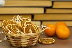 Torr apelsin i korg arkivbilder