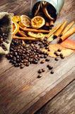 Torr apelsin och citron, kaffebönor i kanelbruna och stupade höstsidorna de påse, på träbrun bakgrund Royaltyfri Bild